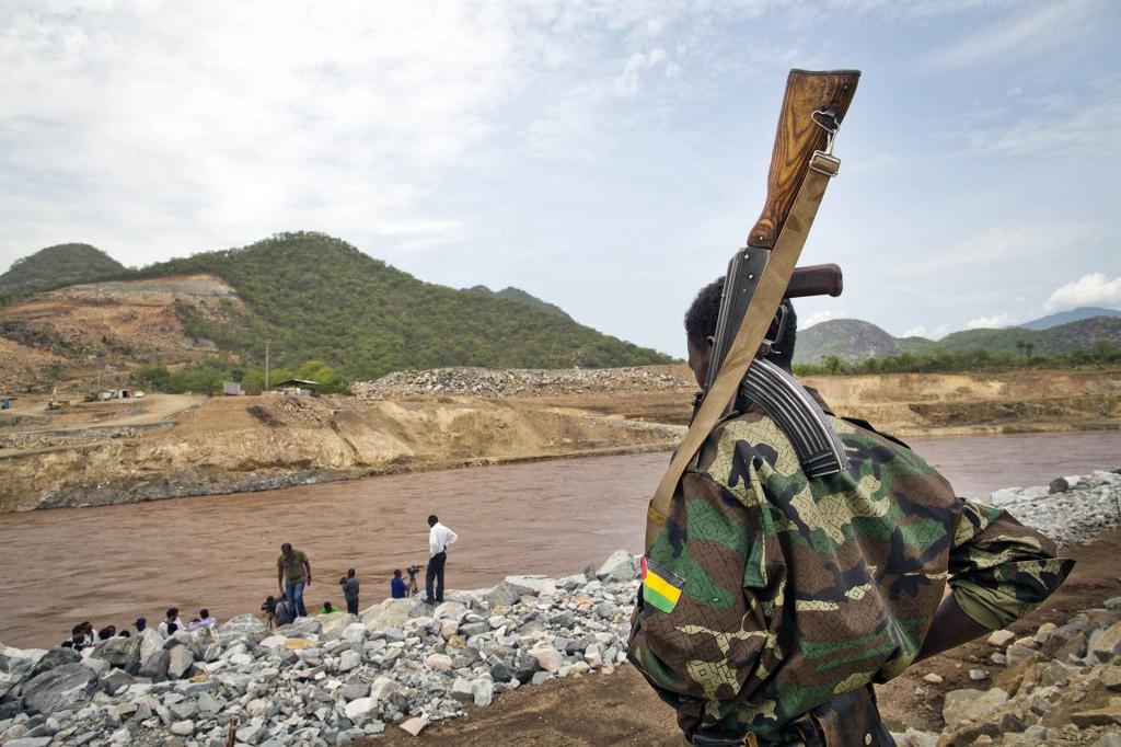 ダム建設を警備するエチオピア軍の兵士。<br>2013年6月28日撮影